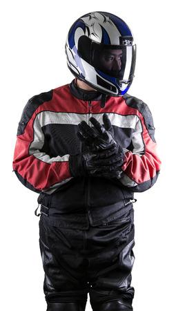 El hombre llevaba un traje de carreras de cuero y textil protector para los coches de carreras y los deportes de motor de motocicleta. El engranaje está blindado con un casco y usado por los ciclistas y los conductores profesionales. El hombre está aislado en un fondo blanco.