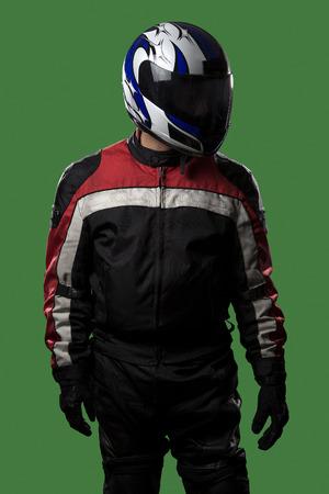 Man dragen van beschermende leer en textiel pak voor racen race auto's of motorfietsen. Het pantser wordt gedragen in de professionele autosport. De man ligt op een groene scherm of chroma key achtergrond. Stockfoto - 71690514