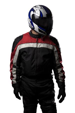 Man dragen van een beschermende leer en textiel racen pak voor raceauto's en motorfietsen motorsport. De versnelling is gepantserd met een helm en gedragen door fietsers en beroepschauffeurs. De man is geïsoleerd op een witte achtergrond.