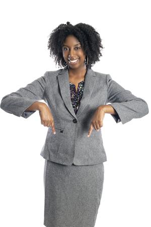 Donna d'affari femminile afroamericana nera isolata su uno sfondo bianco che fa pubblicità e punta verso il basso