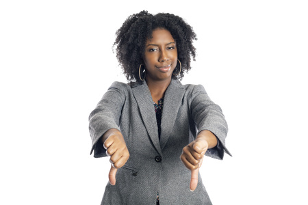 Schwarze afroamerikanische Geschäftsfrau isoliert auf weißem Hintergrund und gestikuliert mit dem Daumen nach unten