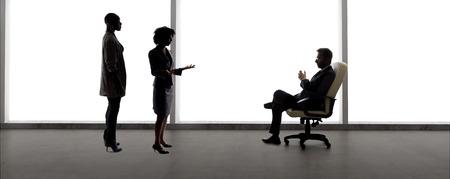Zwarte Afro-Amerikaanse actrice en scènepartner doet auditie voor een rol voor een mannelijke castingdirecteur in een studio. De acteurs zijn silhouetten en verbeelden de Hollywood-entertainmentindustrie.