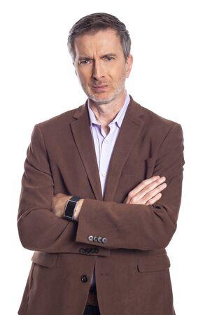 Empresario barbudo de mediana edad sobre un fondo blanco con una chaqueta marrón. El hombre maduro parece un ejecutivo de negocios enojado. Foto de archivo