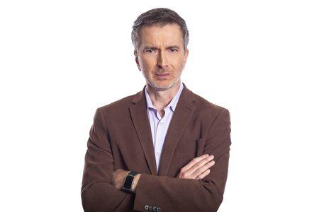 Empresario barbudo de mediana edad sobre un fondo blanco con una chaqueta marrón. El hombre maduro parece un ejecutivo de negocios enojado.