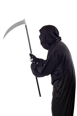 Der Sensenmann oder Tod Halloween-Kostüm isoliert auf weißem Hintergrund. Das Skelett trägt ein schwarzes Gewand mit Kapuze. Seitenansicht im Profil für Verbundwerkstoffe.