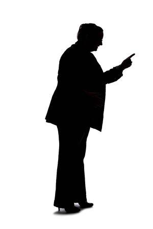 Silhouette d'une femme d'affaires sinueuse ou de grande taille sur fond blanc pour les composites. Elle est posée comme si elle était en colère