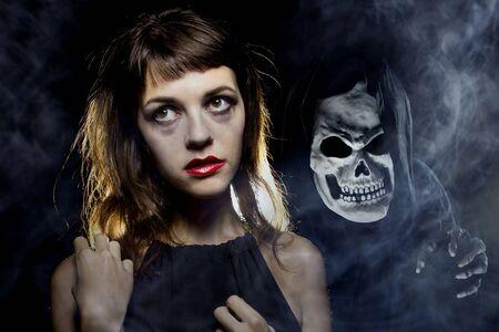 Mujer en un callejón oscuro con niebla o neblina imaginando o viendo un demonio o fantasma. Representa una horrible pesadilla o alucinaciones debido a una enfermedad mental.