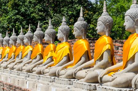chaimongkol: Aligned Sitting Buddha Statues at Wat Yai Chaimongkol in  Ayutthaya, Thailand Stock Photo