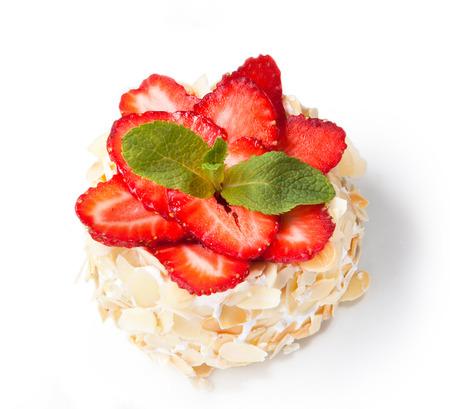 Erdbeer-Käsekuchen mit Mandeln und frisch isoliert auf weißem Hintergrund Beeren. Standard-Bild - 38982196