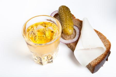 Russischen Wodka in kleinen Glas mit Schwarzbrot, gebeizt, Zwiebel und etwas Schmalz auf weißem Hintergrund Standard-Bild - 39390828