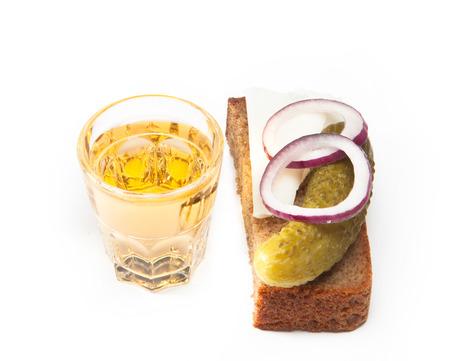 Russischen Wodka in kleinen Glas mit Schwarzbrot, gebeizt, Zwiebel und etwas Schmalz auf weißem Hintergrund Standard-Bild - 39390848