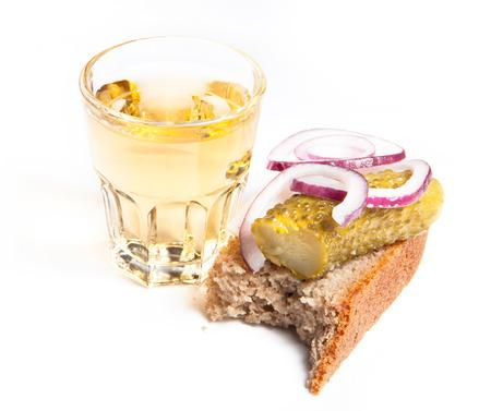 Russischen Wodka in kleinen Glas mit Schwarzbrot, gebeizt, Zwiebel und etwas Schmalz auf weißem Hintergrund Standard-Bild - 39390973