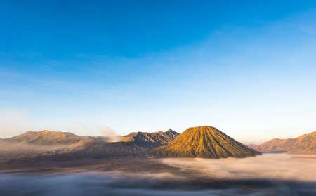 Gunung Bromo, Mount Batok and Gunung Semeru seen from Mount Penanjakan in Java, Indonesia. Banque d'images