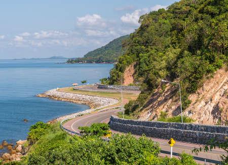 Vue de l'autoroute Chalerm Burapha Chonlathit depuis le point de vue de Noen Nangphaya, Chanthaburi, Thaïlande Banque d'images - 50570428