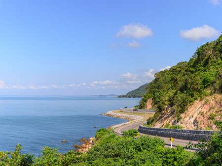 Vue de l'autoroute Chalerm Burapha Chonlathit depuis le point de vue de Noen Nangphaya, Chanthaburi, Thaïlande Banque d'images - 50570434