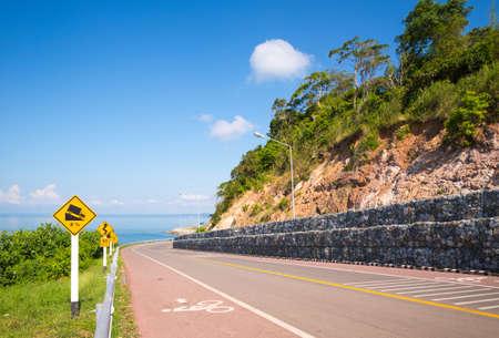 Belle de piste cyclable le long de la mer, Chanthaburi, Thaïlande Banque d'images - 50570449