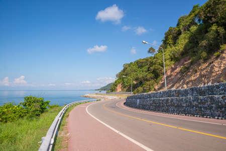 Belle de piste cyclable le long de la mer, Chanthaburi, Thaïlande Banque d'images - 50570534