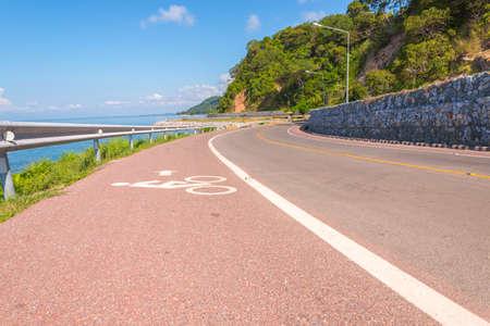 Belle de piste cyclable le long de la mer, Chanthaburi, Thaïlande Banque d'images - 50569992