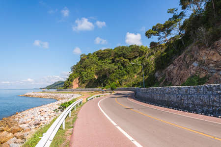 Belle de piste cyclable le long de la mer, Chanthaburi, Thaïlande Banque d'images - 50569998