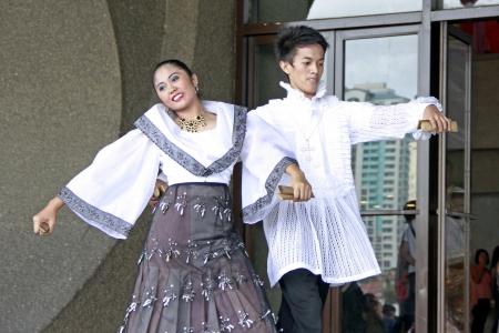 マニラ、フィリピン – 2 月 3: カップル民族ダンサーは 2013 年 2 月 3 日 CCP マニラでの Pasinaya 2013 年に文化的なダンスを実行します。Pasinaya オープンハウス祭りは、フィリピン最大の複数の芸術です。 報道画像