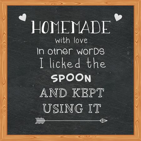 Zelfgemaakt met liefde Met andere woorden, ik likte de lepel en bleef het gebruiken - Grappige citaten op het bord Stockfoto