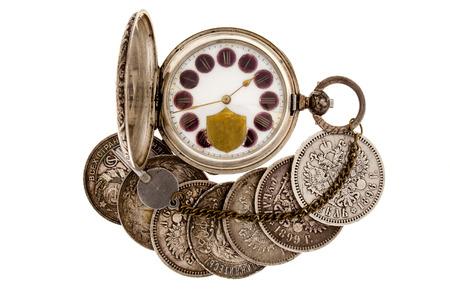 monete antiche: Vecchie monete e tasca watchon uno sfondo bianco.