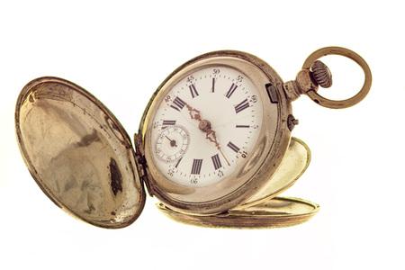 reloj de bolsillo de la vendimia aislado en un fondo blanco con la tapa abierta.
