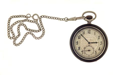 Relógio de bolso antigo vintage com corrente isolado em um fundo branco. Foto de archivo