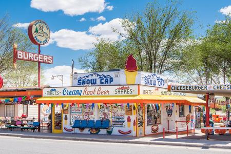 Seligman, AZ EE.UU. - 12 de mayo 2013 Delgadillo Histórico s Snow Cap comedor y la ruta 66 escudo Editorial