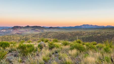 ソトール Vista を見落とす、日の出、ビッグ ・ ベンド国立公園、テキサス州ロス マクスウェル シーニック ドライブ上からチソス山脈。