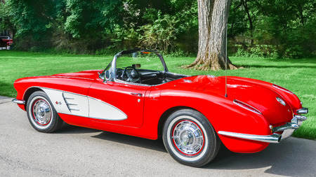 GROSSE POINTE SHORES, MIUSA - JUNE 17, 2015: A 1959 Chevrolet Corvette car at the EyesOn Design car show, held at the Edsel and Eleanor Ford House. Фото со стока - 42182342