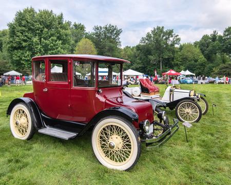 Grosse Pointe Shores, Miusa - 21 juni 2015: Een 1916 Detroit Electric 60.985 Brougham auto op de Eyeson Ontwerp autoshow, gehouden op de Edsel en Eleanor Ford House. Redactioneel