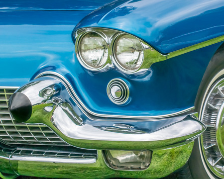 GROSSE POINTE SHORES, MIUSA - JUNE 21, 2015: A 1958 Cadillac Eldorado headlight reflection at the EyesOn Design car show, held at the Edsel and Eleanor Ford House. Фото со стока - 42182344