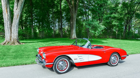 GROSSE POINTE SHORES, MIUSA - JUNE 17, 2015: A 1959 Chevrolet Corvette car at the EyesOn Design car show, held at the Edsel and Eleanor Ford House. Редакционное
