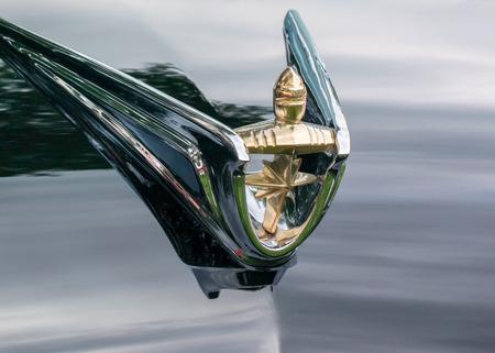 GROSSE POINTE SHORES, MIUSA - JUNE 21, 2015: A 1956 Lincoln Premiere Gold Knight hood ornament at the EyesOn Design car show, held at the Edsel and Eleanor Ford House. Редакционное