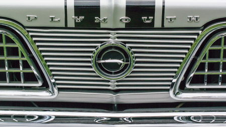 GROSSE POINTE SHORES, MIUSA - JUNE 21, 2015: A 1966 Plymouth Barracuda grille at the EyesOn Design car show, held at the Edsel and Eleanor Ford House. Фото со стока - 42182354