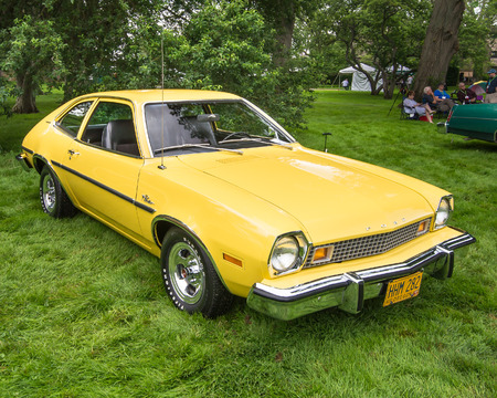 GROSSE POINTE SHORES, MIUSA - JUNE 21, 2015: A 1976 Ford Pinto Runabout car at the EyesOn Design car show, held at the Edsel and Eleanor Ford House. Фото со стока - 42182355
