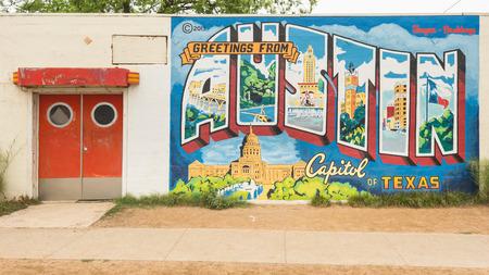 """AUSTIN, TXUSA - 11 april 2015: """"Groeten van Austin - Capitol van Texas"""" postkaart muurschildering, in het Roadhouse Relics gebouw."""