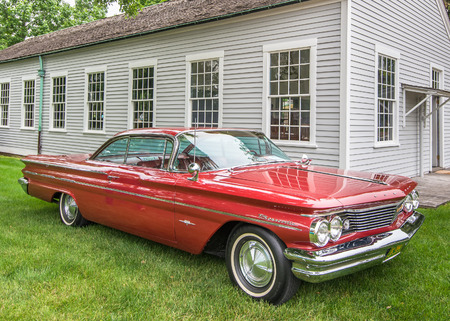 DEARBORN, MIUSA - JUNE 20, 2015: A 1960 Pontiac Bonneville car at The Henry Ford THF Motor Muster, held at Greenfield Village. Фото со стока - 42181186