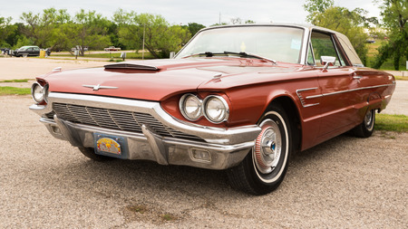 AUSTIN, TXUSA - April 17, 2015: A 1963 Ford Thunderbird at the Lonestar Round Up, a celebration of 1963-and-earlier American hot rods and custom cars. Редакционное