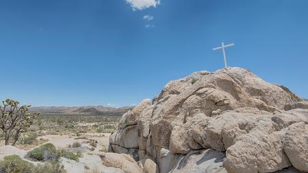 memorial cross: Memorial de la Cruz en la salida del sol de la roca en el desierto de Mojave National Preserve, California.