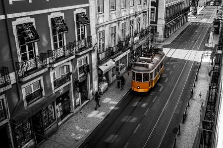 Lissabon gelbe Straßenbahn Editorial
