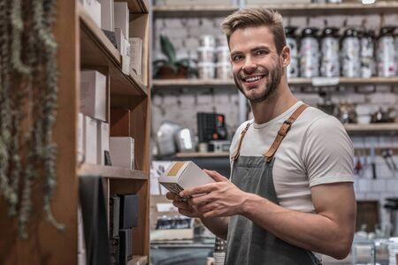 Portret van een kleine ondernemer die in zijn coffeeshop werkt Stockfoto