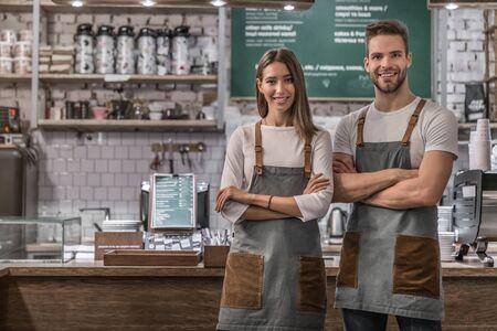 성공적인 비즈니스 커피숍 소유자의 초상화