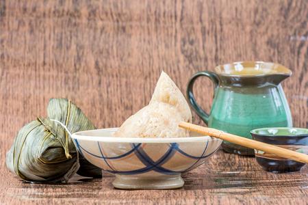 Zongzi またはドラゴンのボートの祝祭のティーポットともち米餃子 (餃子ライス食品)