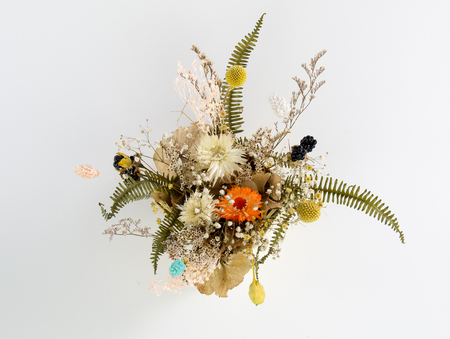 globosa: Multiple dried flowers tied with bouquets, put in the basket