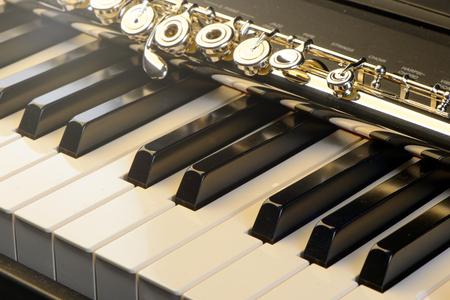 Piano et flûte avec brillance dorée. Composition horizontale. Vue de face