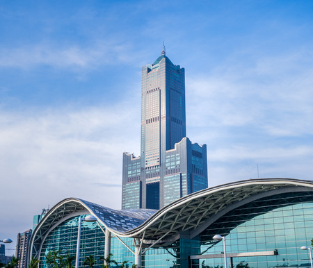 Kaohsiung, Taiwan - June 8, 2018 : Kaohsiung Exhibition Center modern building and 85 sky tower Éditoriale
