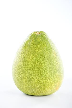 vers en gepelde pomelo (shaddock), grapefruit met plakjes geïsoleerd op een witte achtergrond Stockfoto