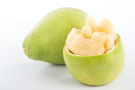 Pomelo fresco y pelado (shaddock), pomelo con rodajas aislado sobre fondo blanco.